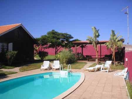 Terrasse und Liegeplaetze am Pool